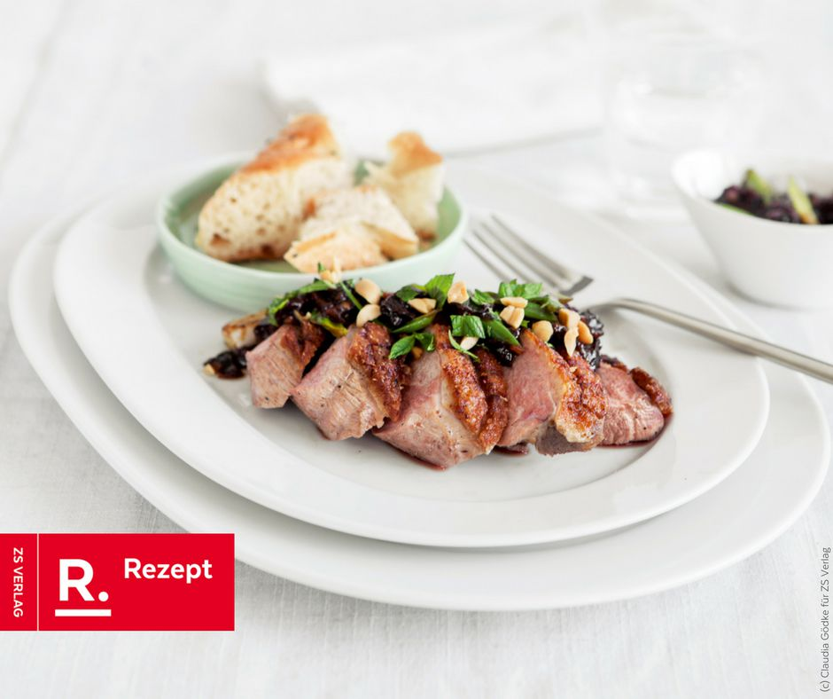 Entenbrust mit Pflaumen, Erdnüssen und Koriander - Rezept Bild