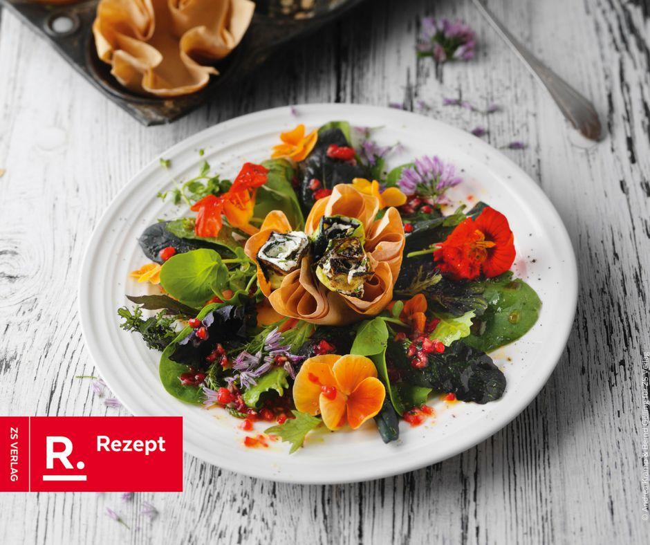 Salatblume mit Zucchinifrischkäseröllchen in Filoteig - Rezept Bild