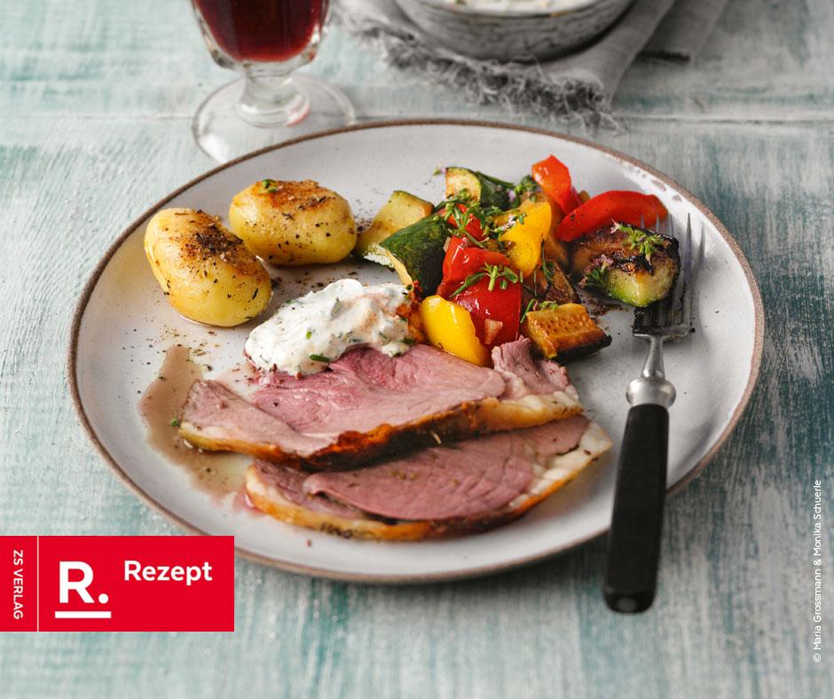 Gegrillte Lammkeule mit Grillgemüse, Röstkartoffeln und Kräuterquark - Rezept Bild