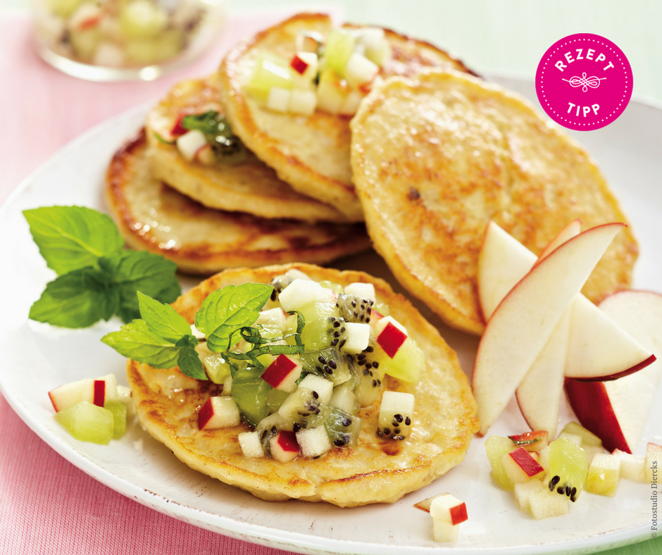 Kiwi-Apfel-Salat mit Quark-Pancakes - Rezept Bild