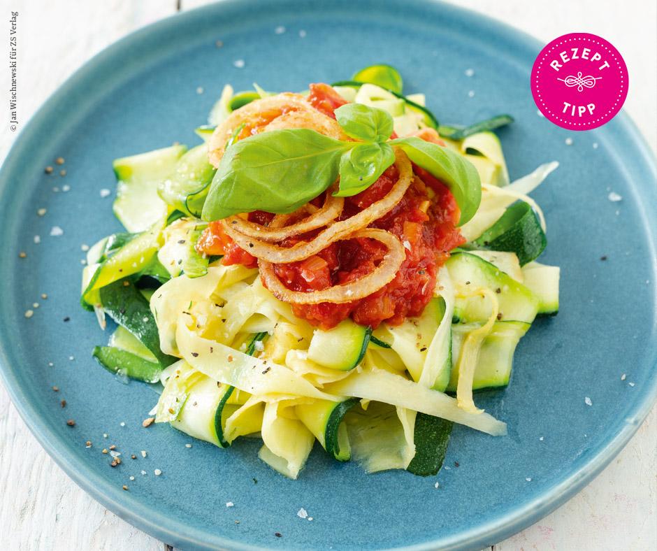 Pastinaken-Zucchini-Bandnudeln mit Toamten-Relish und Röstzwiebeln - Rezept Bild
